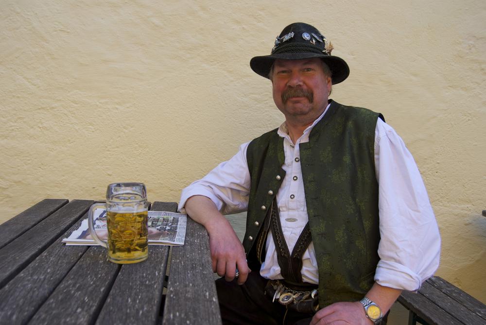 Trajes tradicionales   dirndl  y  lederhosen  - Muniqueando 213a9588602